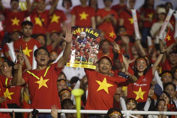 Poster Tuổi Trẻ theo chân cổ động viên đến sân Rizal Memorial cổ vũ đội tuyển Việt Nam - Ảnh 2.