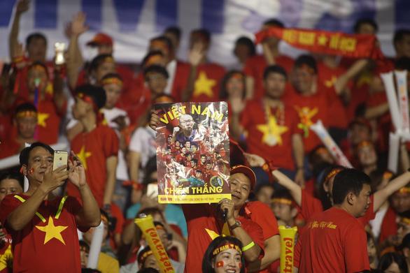 Poster Tuổi Trẻ theo chân cổ động viên đến sân Rizal Memorial cổ vũ đội tuyển Việt Nam - Ảnh 1.