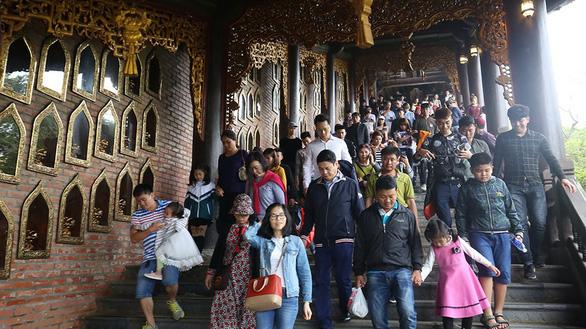 Khách tới Tràng An gần gấp đôi khuyến nghị của UNESCO, Ninh Bình khẳng định không quá tải - Ảnh 1.
