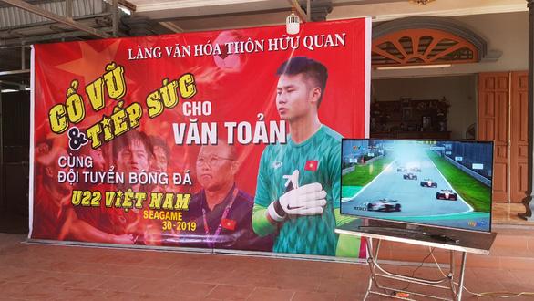Nhà Văn Toản dựng rạp, nấu 60 mâm cỗ mời cả làng đến cổ vũ U22 Việt Nam - Ảnh 2.