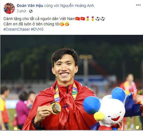 Văn Hậu khoe ảnh nhận huy chương, Trọng Hoàng cảm ơn CĐV trên Facebook - Ảnh 1.