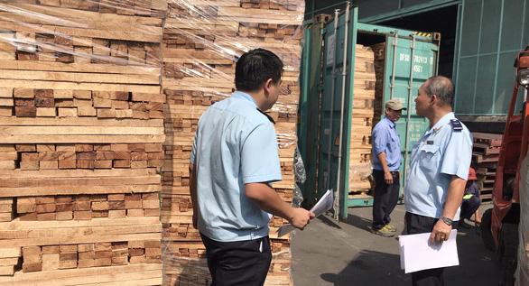 Khám xét 25 container gỗ xuất khẩu nghi gian lận thuế tại cảng Cát Lái - Ảnh 1.
