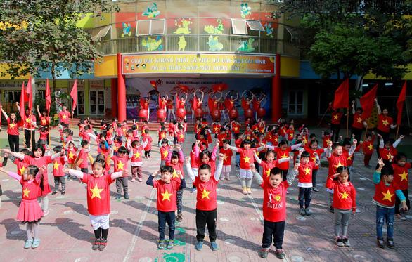 Cả lớp mang áo cờ đỏ sao vàng trong giờ học tiếp lửa U22 Việt Nam - Ảnh 4.
