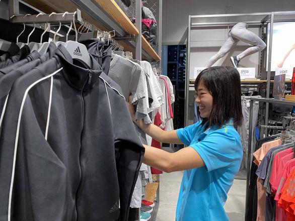 Cầu thủ nữ Việt Nam đi trung tâm mua sắm... ngắm đồ vì chưa có tiền thưởng - Ảnh 1.