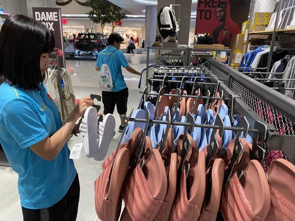 Cầu thủ nữ Việt Nam đi trung tâm mua sắm... ngắm đồ vì chưa có tiền thưởng - Ảnh 2.