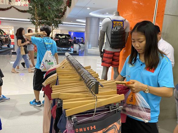 Cầu thủ nữ Việt Nam đi trung tâm mua sắm... ngắm đồ vì chưa có tiền thưởng - Ảnh 3.