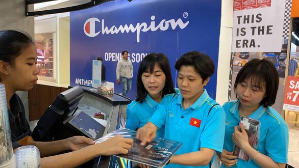 Cầu thủ nữ Việt Nam đi trung tâm mua sắm... ngắm đồ vì chưa có tiền thưởng - Ảnh 5.