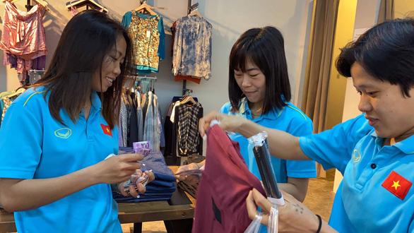 Cầu thủ nữ Việt Nam đi trung tâm mua sắm... ngắm đồ vì chưa có tiền thưởng - Ảnh 6.