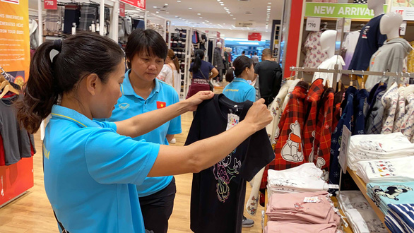 Cầu thủ nữ Việt Nam đi trung tâm mua sắm... ngắm đồ vì chưa có tiền thưởng - Ảnh 8.