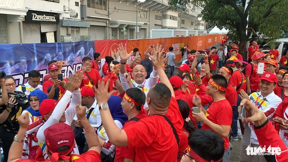 CĐV Việt Nam và Indonesia: Ai cổ vũ sung hơn trước trận chung kết? - Ảnh 2.