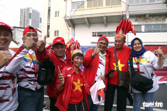 CĐV Việt Nam và Indonesia: Ai cổ vũ sung hơn trước trận chung kết? - Ảnh 4.