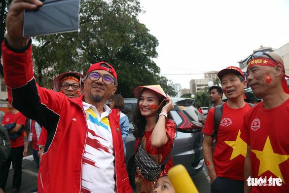 CĐV Việt Nam và Indonesia: Ai cổ vũ sung hơn trước trận chung kết? - Ảnh 10.