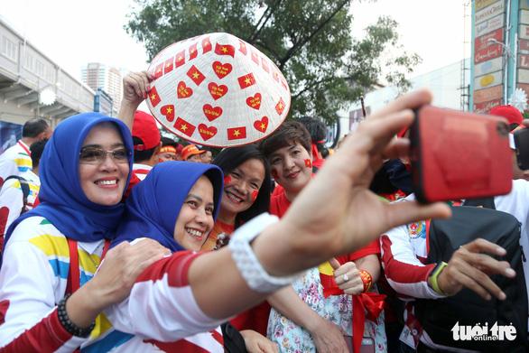 CĐV Việt Nam và Indonesia: Ai cổ vũ sung hơn trước trận chung kết? - Ảnh 12.
