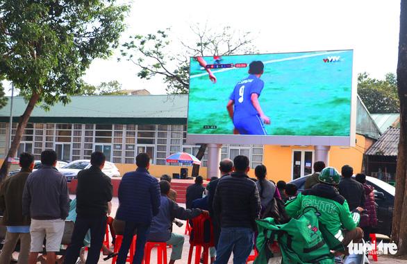 Bệnh viện, sân vận động lắp màn hình 'khủng' để dân cổ vũ U22 Việt Nam - Ảnh 1.