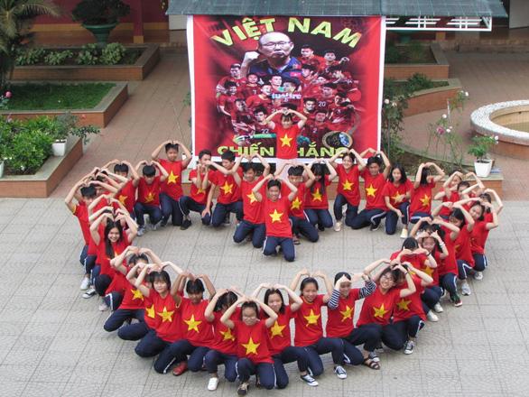 Cả lớp mang áo cờ đỏ sao vàng trong giờ học tiếp lửa U22 Việt Nam - Ảnh 3.
