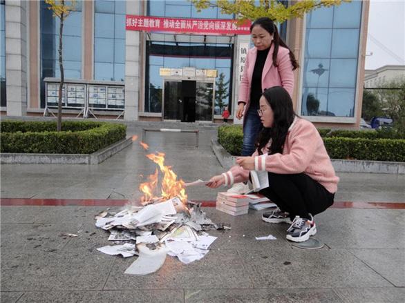 Thư viện Trung Quốc đốt sách, dân mạng ví như... thời Tần Thủy Hoàng - Ảnh 1.