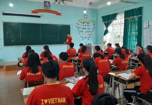 Cả lớp mang áo cờ đỏ sao vàng trong giờ học tiếp lửa U22 Việt Nam - Ảnh 2.