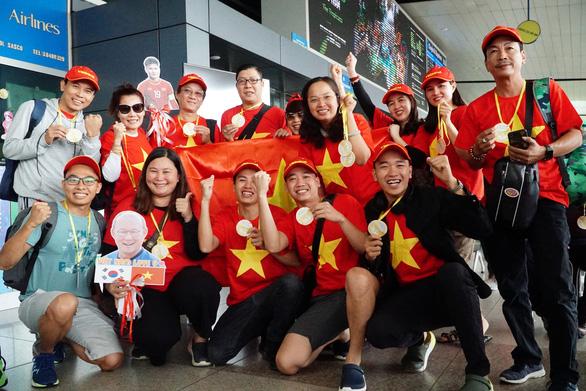 Người hâm mộ Việt rầm rộ sang Philippines tiếp lửa tuyển U22 VN đêm chung kết - Ảnh 1.