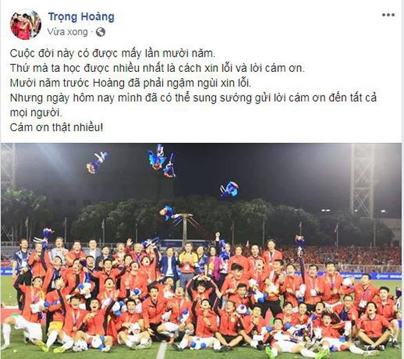 Văn Hậu khoe ảnh nhận huy chương, Trọng Hoàng cảm ơn CĐV trên Facebook - Ảnh 2.