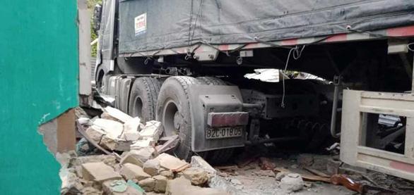 Xe container lao vào nhà trong đêm, nhà đổ sập dưới bánh xe, 3 người thoát chết - Ảnh 2.