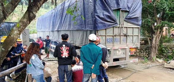 Xe container lao vào nhà trong đêm, nhà đổ sập dưới bánh xe, 3 người thoát chết - Ảnh 5.