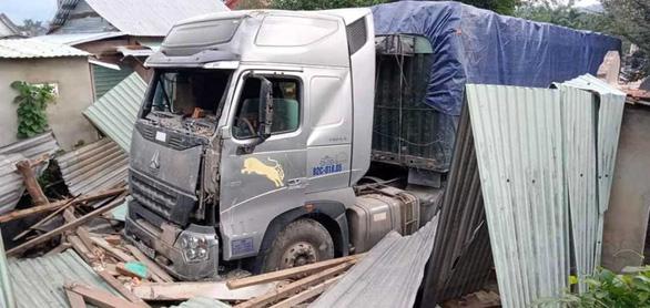 Xe container lao vào nhà trong đêm, nhà đổ sập dưới bánh xe, 3 người thoát chết - Ảnh 1.