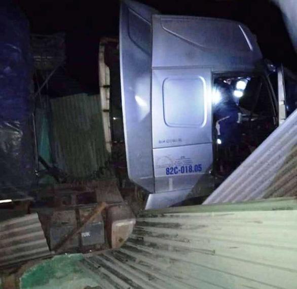 Xe container lao vào nhà trong đêm, nhà đổ sập dưới bánh xe, 3 người thoát chết - Ảnh 3.