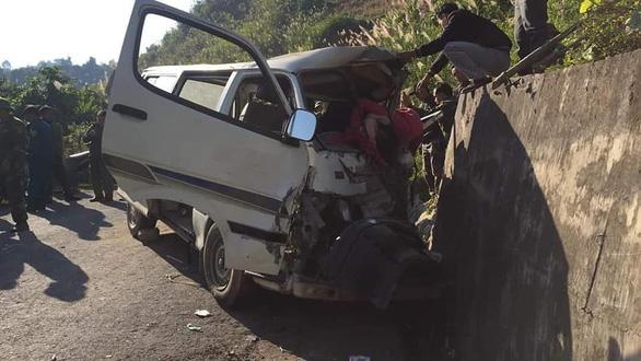 Xe chở đoàn người khuyết tật đâm vào vách núi, 2 người chết - Ảnh 4.