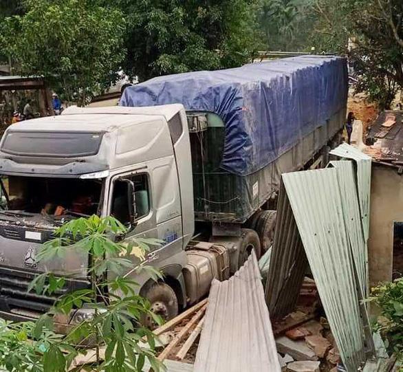 Xe container lao vào nhà trong đêm, nhà đổ sập dưới bánh xe, 3 người thoát chết - Ảnh 6.