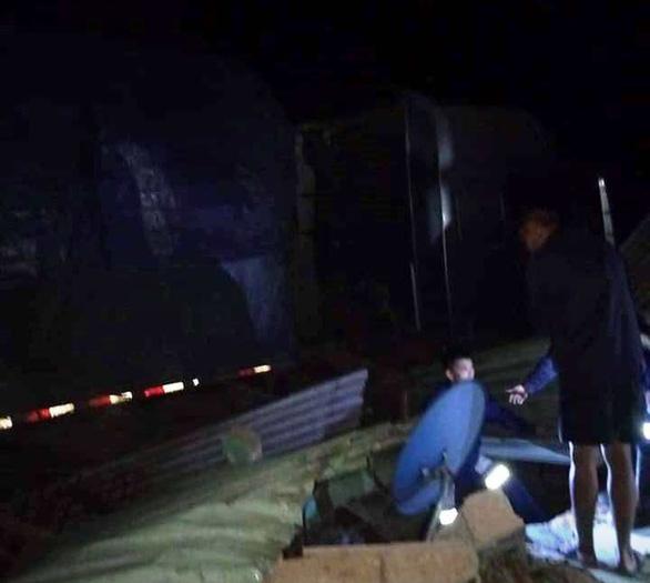Xe container lao vào nhà trong đêm, nhà đổ sập dưới bánh xe, 3 người thoát chết - Ảnh 4.