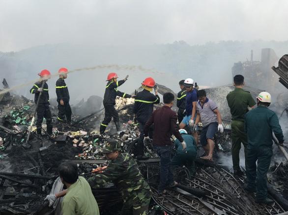 Cháy rụi 13 căn nhà gần chợ Năm Căn, một bé gái thiệt mạng - Ảnh 1.