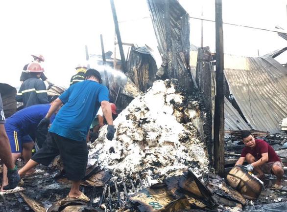 Cháy rụi 13 căn nhà gần chợ Năm Căn, một bé gái thiệt mạng - Ảnh 2.