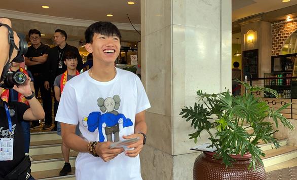 Văn Hậu cười tỏa nắng chia tay ông Park và các đồng đội - Ảnh 2.