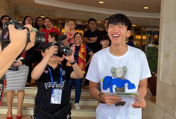 Văn Hậu cười tỏa nắng chia tay ông Park và các đồng đội - Ảnh 3.