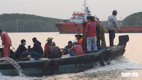 Tạm ngưng tìm kiếm 2 thợ lặn mất tích lúc trục vớt tàu chìm - Ảnh 2.