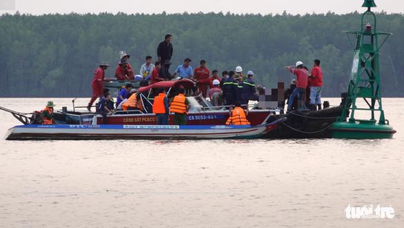 Tạm ngưng tìm kiếm 2 thợ lặn mất tích lúc trục vớt tàu chìm - Ảnh 3.