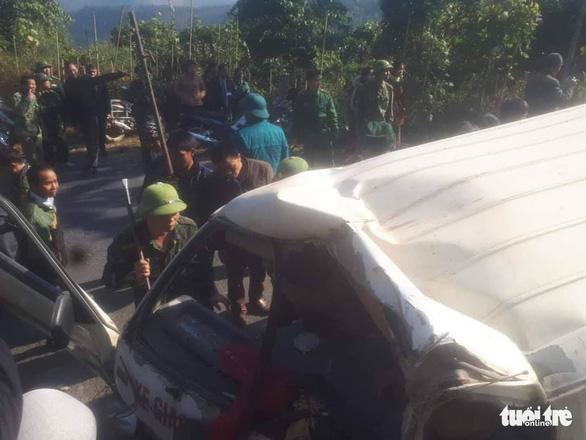 Xe chở đoàn người khuyết tật đâm vào vách núi, 2 người chết - Ảnh 1.