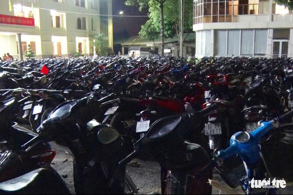 Hơn 250 xe đi 'bão' lạng lách, nẹt pô… bị tạm giữ, trụ sở công an chật kín xe vi phạm - Ảnh 6.