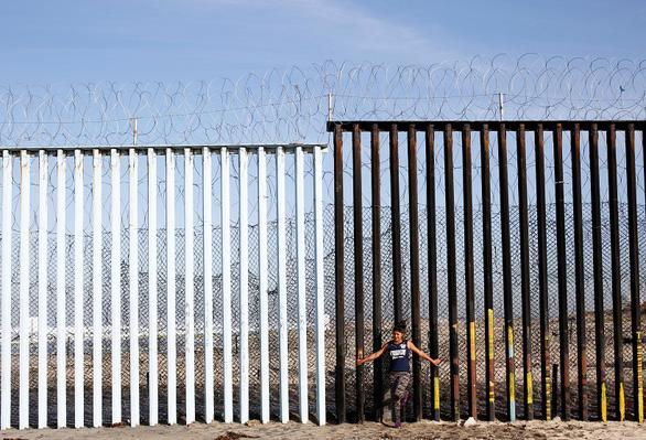 Thẩm phán Mỹ cấm vĩnh viễn ông Trump dùng tiền quốc phòng xây tường biên giới - Ảnh 1.