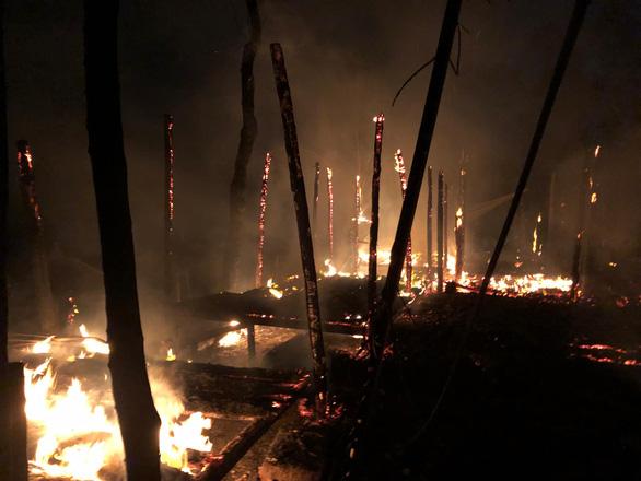 4 nhà hàng tại Hội An bốc cháy ngùn ngụt lúc rạng sáng - Ảnh 1.
