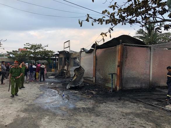 4 nhà hàng tại Hội An bốc cháy ngùn ngụt lúc rạng sáng - Ảnh 2.