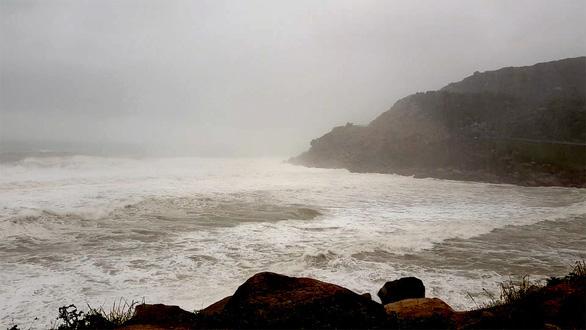 Tìm thấy thi thể 1 trong 2 ngư dân mất tích gần Vũng Rô - Ảnh 1.