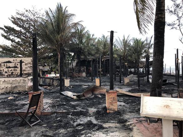 4 nhà hàng tại Hội An bốc cháy ngùn ngụt lúc rạng sáng - Ảnh 3.