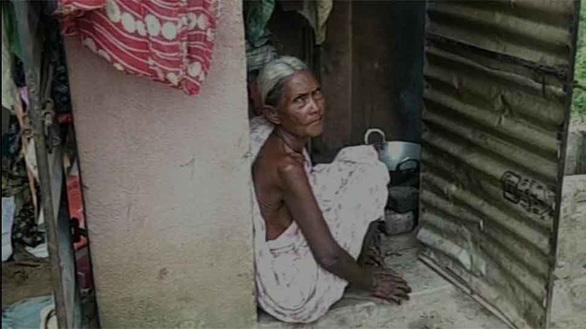 Sốc nặng khi biết bà cụ 72 tuổi sống 3 năm liền trong toilet - Ảnh 1.