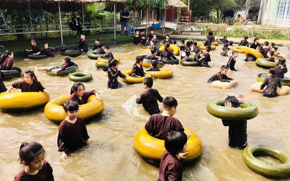 Bị ba rầy la, con lớp 7 trường quốc tế điện thoại báo phường - Ảnh 1.