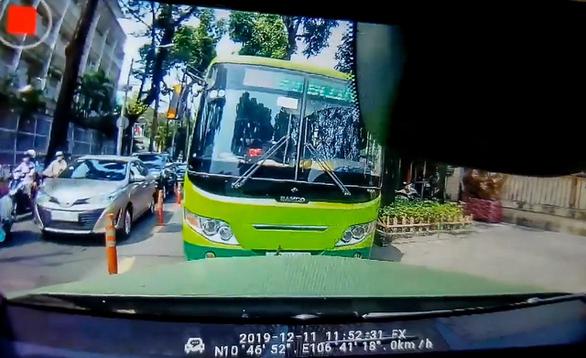 Xe buýt chạy ngược chiều nghênh ngang, một ôtô buộc xe buýt phải đi đúng - Ảnh 1.