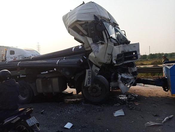 Tài xế thoát chết khi xe tải tông xe rơ-mooc bẹp dúm cabin - Ảnh 2.
