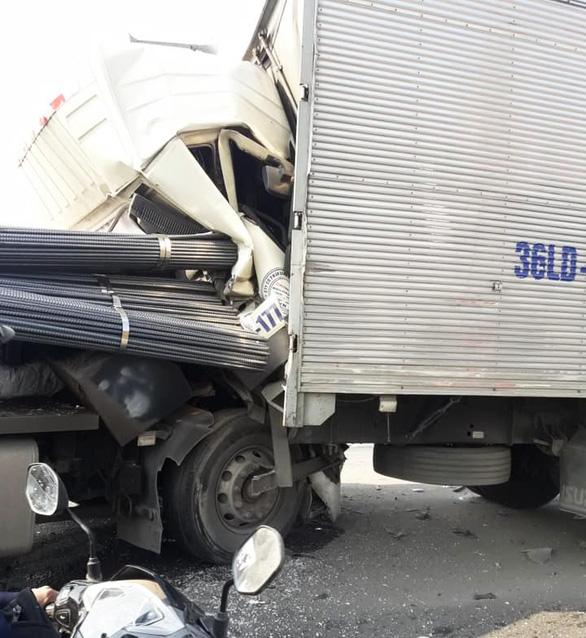 Tài xế thoát chết khi xe tải tông xe rơ-mooc bẹp dúm cabin - Ảnh 1.