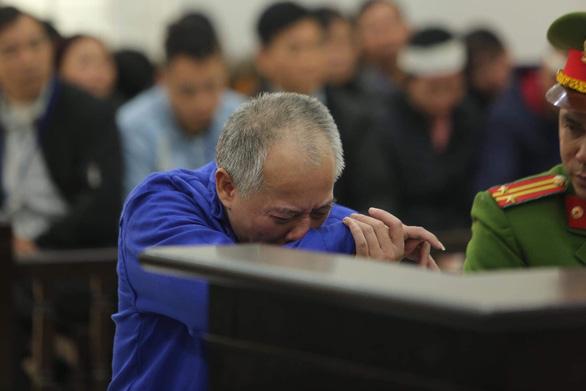 Bị cáo bật khóc tại tòa khi nghe tả lại vụ thảm sát 4 người nhà em trai ruột - Ảnh 1.