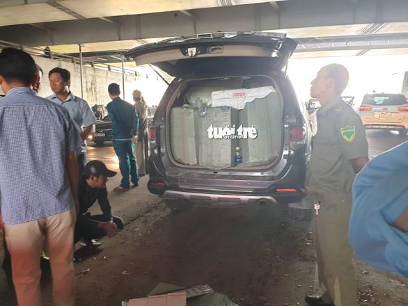Xe hơi sụp vó ngay cửa hầm Thủ Thiêm, ứng cứu thì tài xế bỏ xe chạy - Ảnh 2.